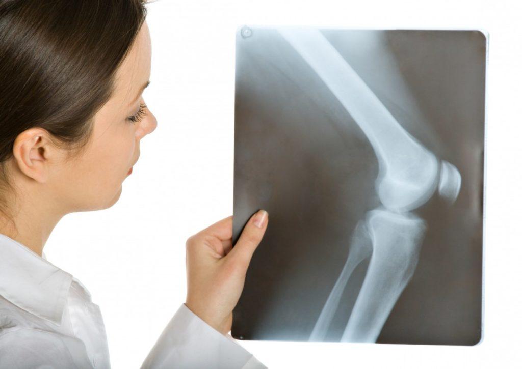болит кость ниже колена спереди причины